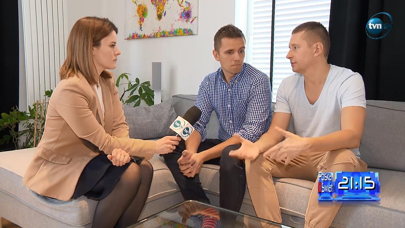 """<b>TVN24 Polska i Świat<br>""""Homoseksualna para, Jakub i Dawid, walczy o rejestrację ślubu w Polsce""""</b><br>23.03.2018"""